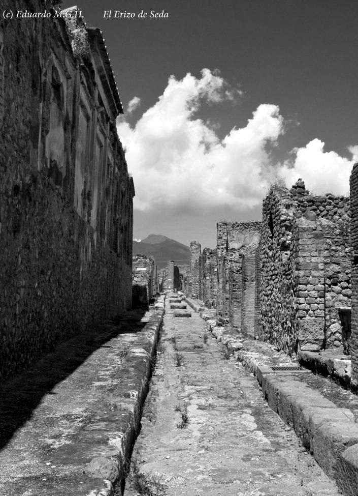 Una calle de Pompeya con el Vesubio al fondo